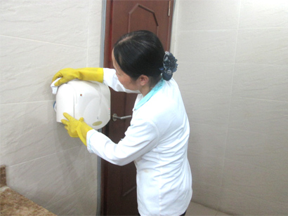 Nhân viên vệ sinh cleanhouse Việt Nam lau chùi chi tiết